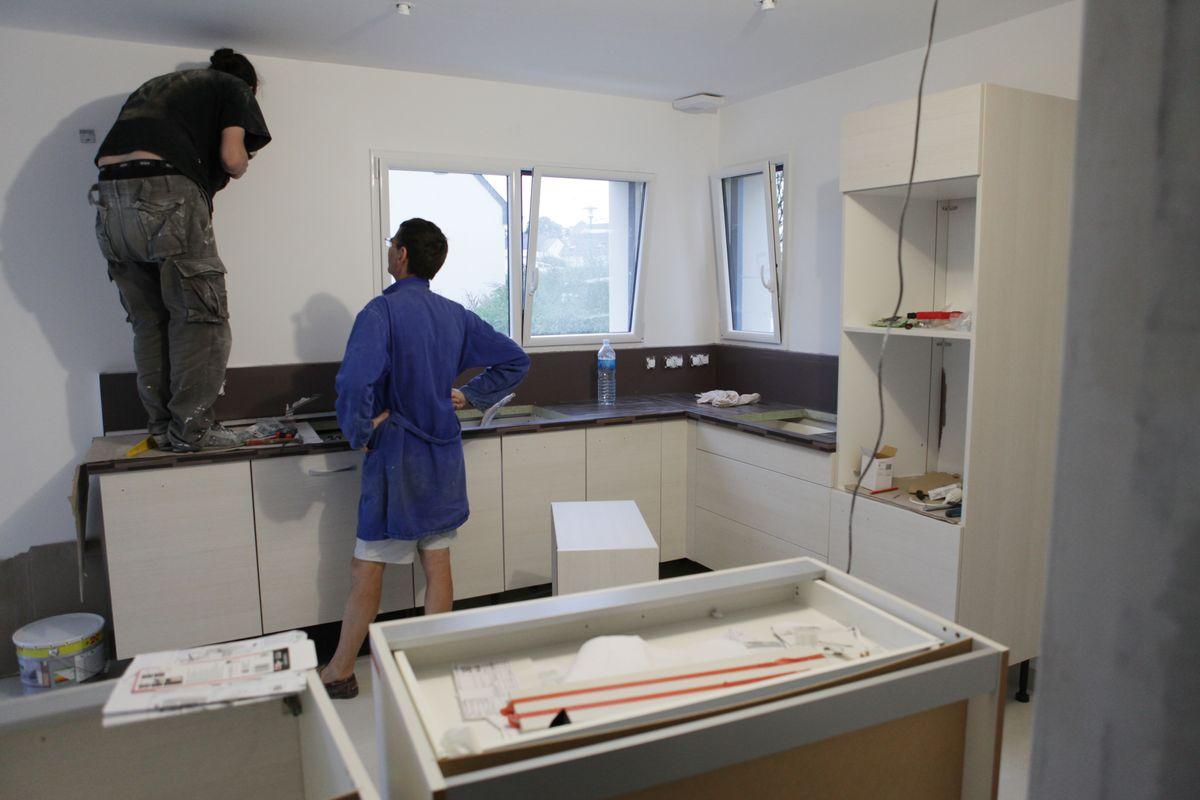 J 20 montage de la cuisine et peinture le blog de fifi for Montage plinthe cuisine